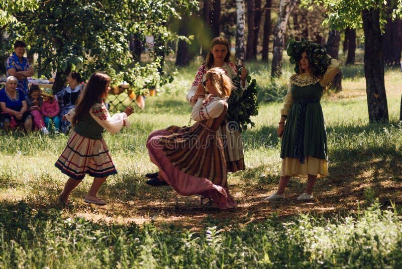 Commune de village, Biélorussie 15 juillet 2018, jeunes filles ayant l'amusement, sirènes folkloriques de vacances, fille dans la photos libres de droits