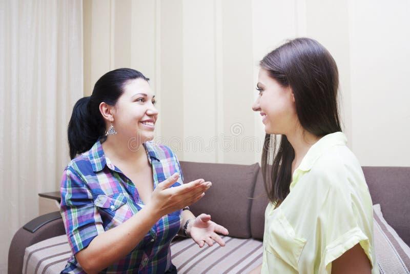 Communicat adulte de soeurs photo libre de droits
