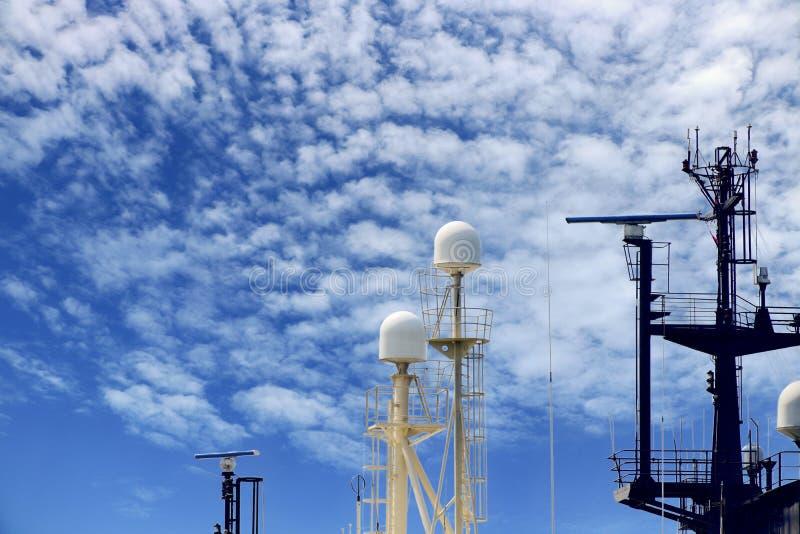 Communicatie antenne op de boot van de brugdeksleepboot bij drijvend dok in scheepswerf royalty-vrije stock foto