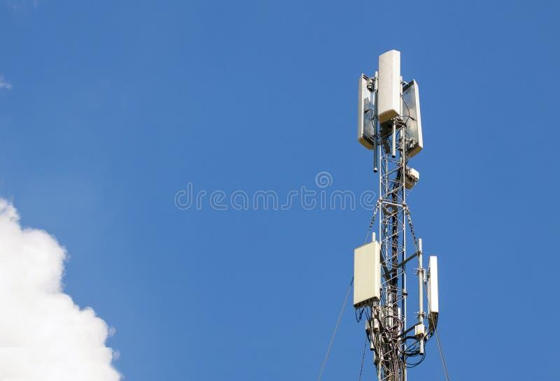 Communicatie antennetoren met blauwe hemel, Telecommunicatietechnologie M royalty-vrije stock foto