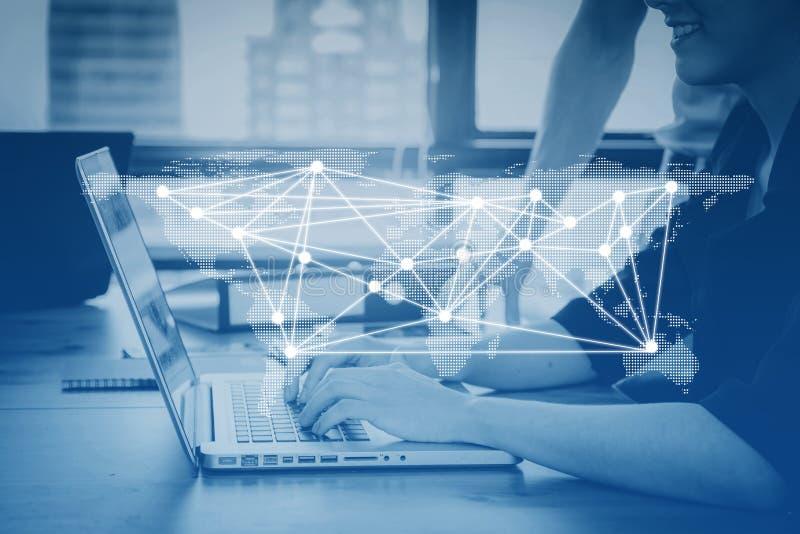 communicatie bedrijfspersoon die bij computer de sociale media netwerkverbinding werken royalty-vrije stock afbeelding