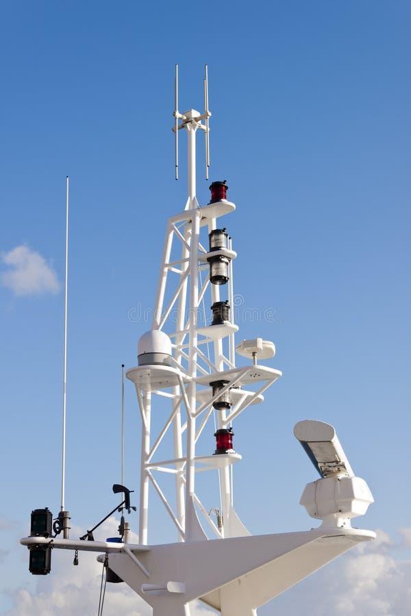 Communicatie mast op schip stock fotografie