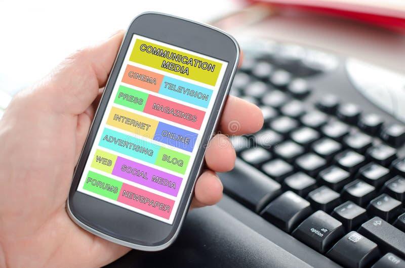 Communicatie media concept op een smartphone stock afbeeldingen