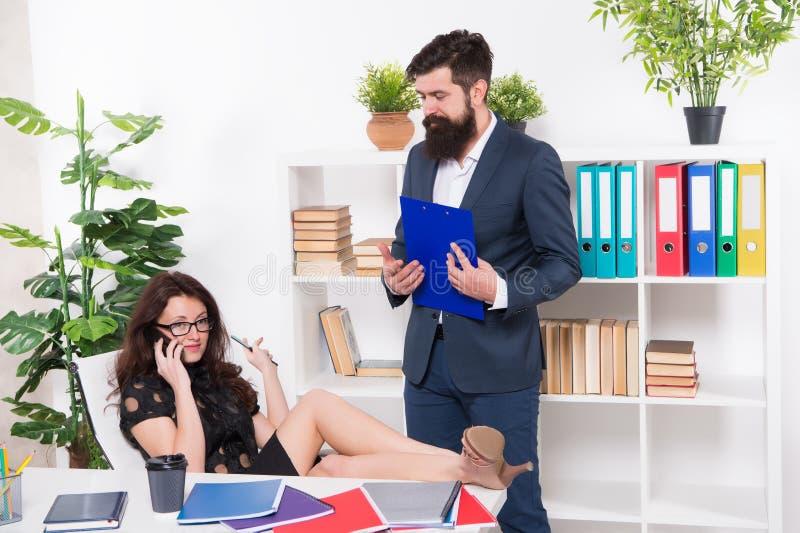 Communicatie probleem Bezige Dame Telefoononderhandelingen Gewijd mobiel Belangrijk gesprek Het concurreren voor haar stock afbeelding