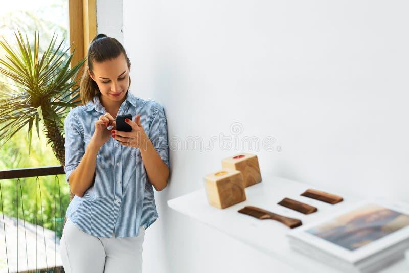 Communicatie technologie Bedrijfs vrouw die mobiele telefoon met behulp van royalty-vrije stock afbeeldingen