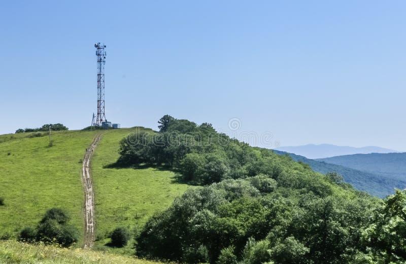Communicatie toren bovenop een heuvel volledig met diverse antennes royalty-vrije stock fotografie