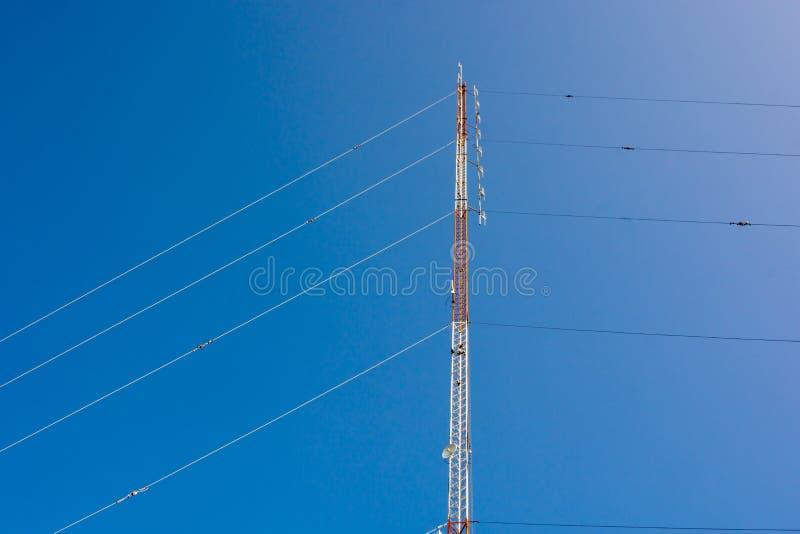Communicatie toren met de blauwe achtergrond van de Wolkenhemel stock foto