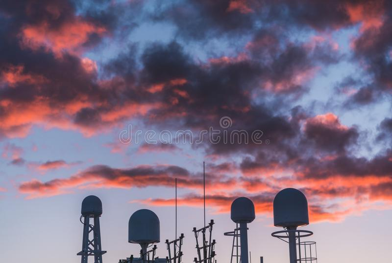 Communicatieapparatuur van een schip met een zonsonderganghemel op de achtergrond, Finland stock foto's
