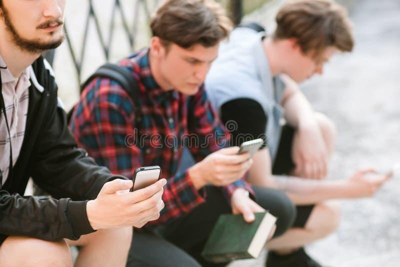 Communication en ligne de dépendance sociale de réseau photo stock