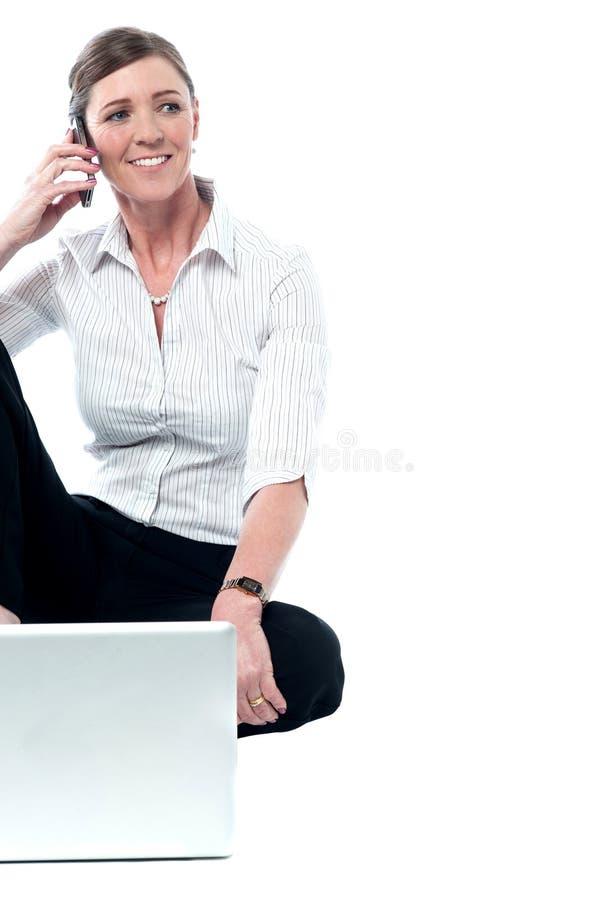 Communication femelle décontractée de directeur image stock