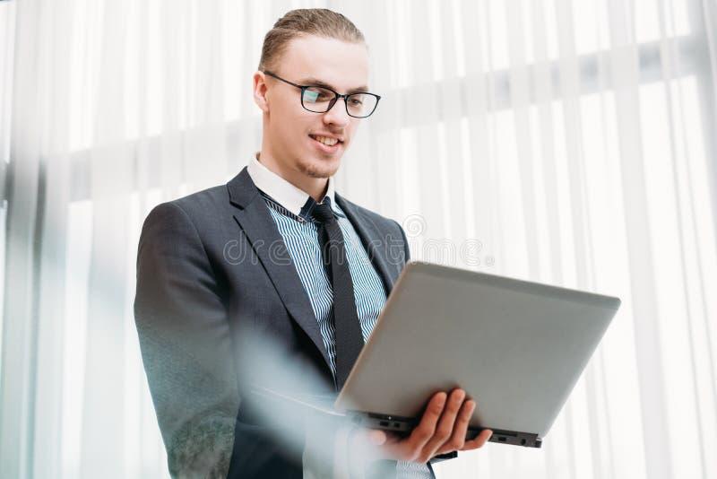 Communication visuelle de Web d'ordinateur portable d'appel d'homme d'affaires photographie stock