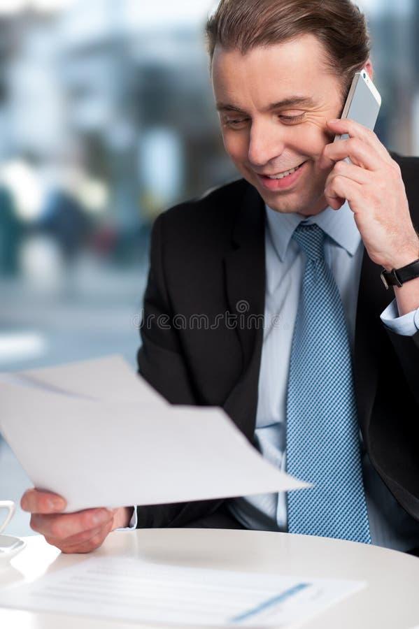 Communicatng do homem de negócios no telefone foto de stock