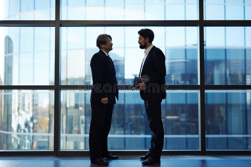 Communicerende collega's stock fotografie