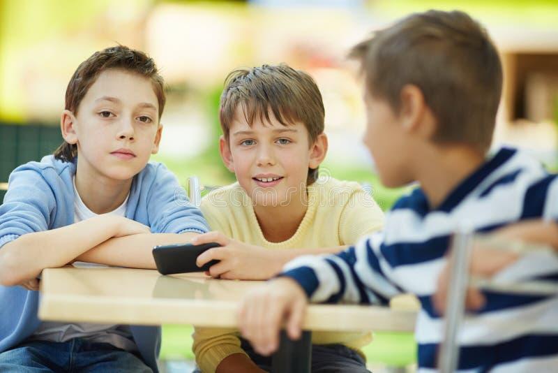 Communicerende jongens royalty-vrije stock afbeeldingen