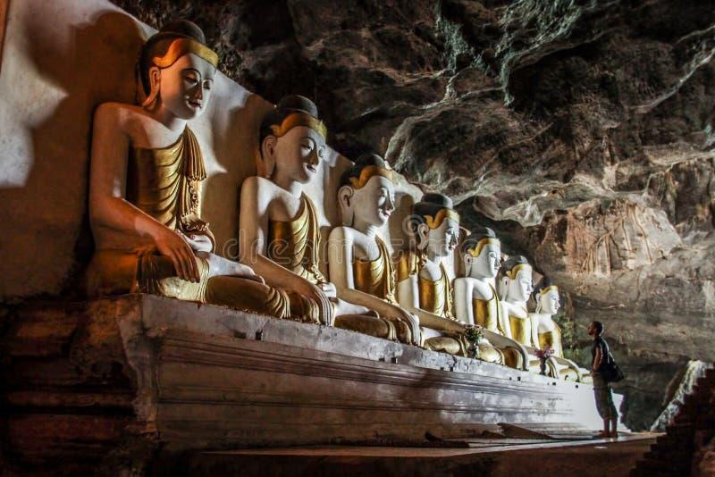 Communing med Bhudda, Yathaypyan grotta, Hpa-An, Karen State, Myanmar royaltyfri bild