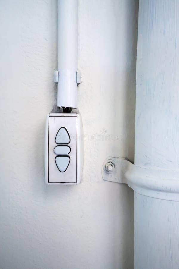 Commutateur de contrôleur installé sur le fond blanc de mur photographie stock libre de droits