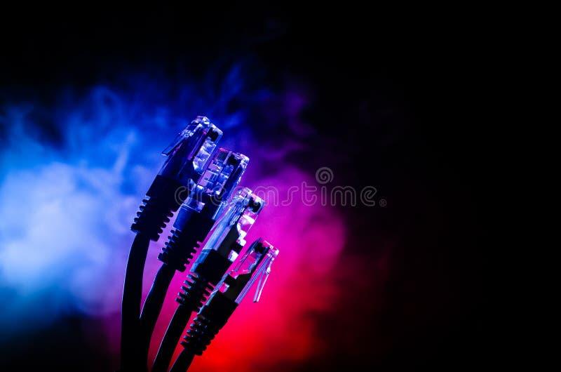 Commutateur de réseau et câbles d'Ethernet, symbole des télécommunications mondiales Le réseau coloré câble sur le fond foncé ave images stock
