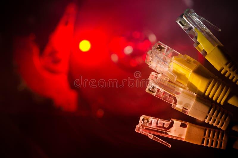 Commutateur de réseau et câbles d'Ethernet, symbole des télécommunications mondiales Le réseau coloré câble sur le fond foncé ave photos libres de droits