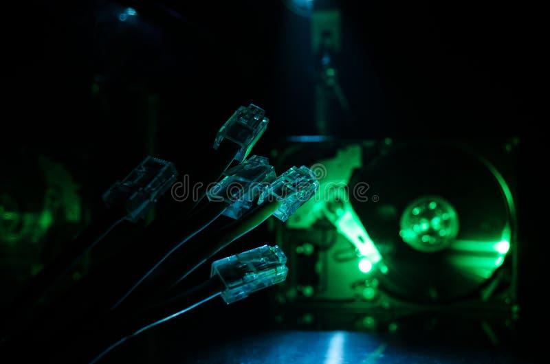 Commutateur de réseau et câbles d'Ethernet, symbole des télécommunications mondiales Le réseau coloré câble sur le fond foncé ave photos stock