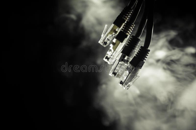 Commutateur de réseau et câbles d'Ethernet, symbole des télécommunications mondiales Le réseau coloré câble sur le fond foncé ave photo stock
