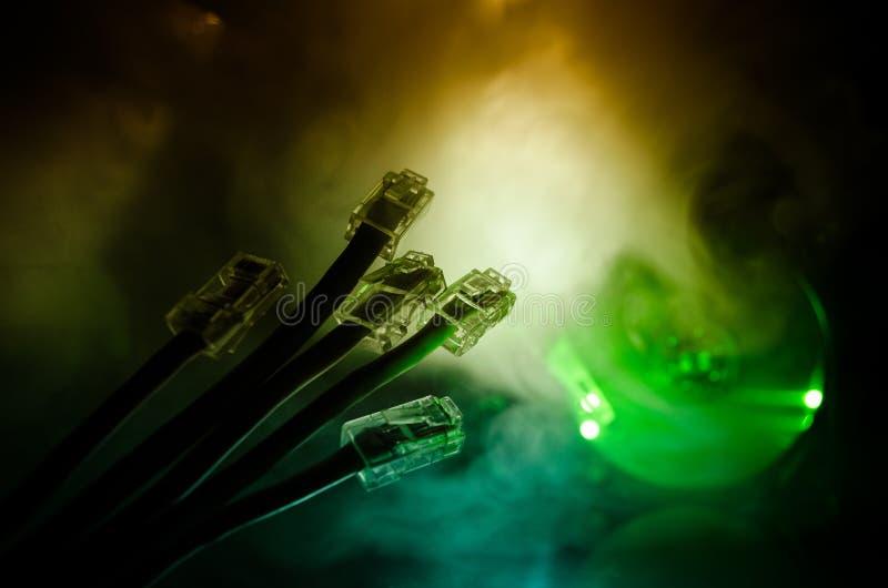Commutateur de réseau et câbles d'Ethernet, symbole des télécommunications mondiales Le réseau coloré câble sur le fond foncé ave images libres de droits