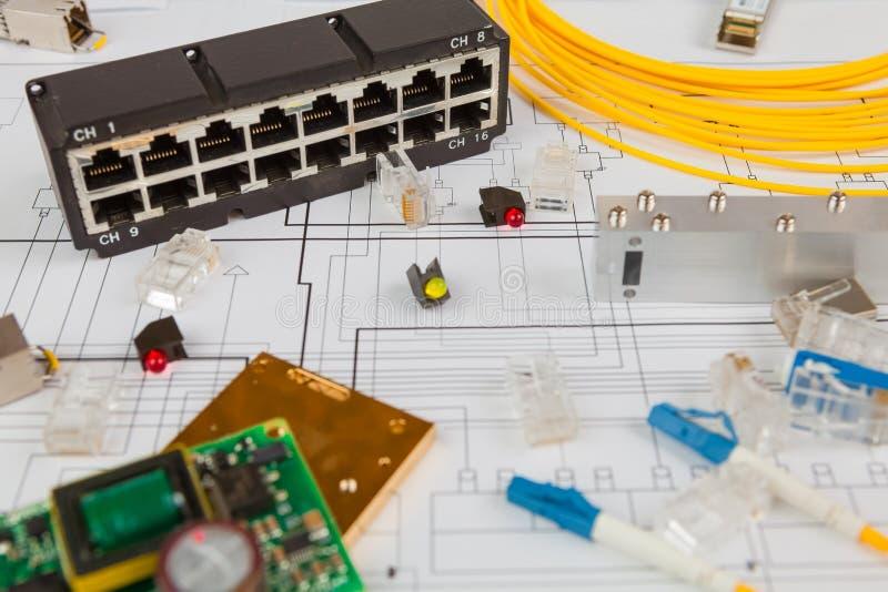 Commutateur de réseau, Ethernet d'UTP et câble à fibres optiques et d'autres composants électroniques photos stock