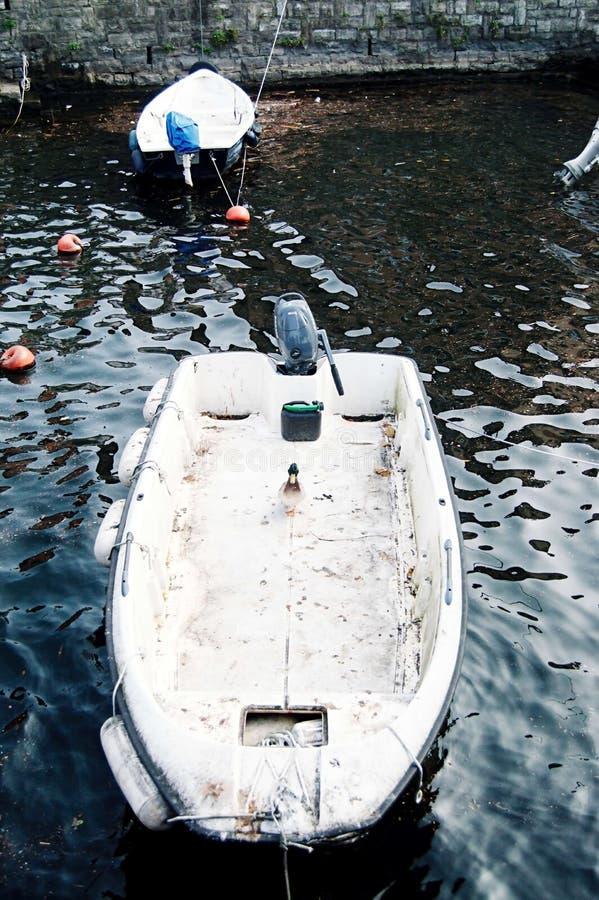 Como, Ιταλία - φθινόπωρο 2014 Άποψη της λίμνης Como σε μια νεφελώδη ημέρα με motorboat και το λιμάνι Torno, ένα γοητευτικό χωριό  στοκ φωτογραφίες