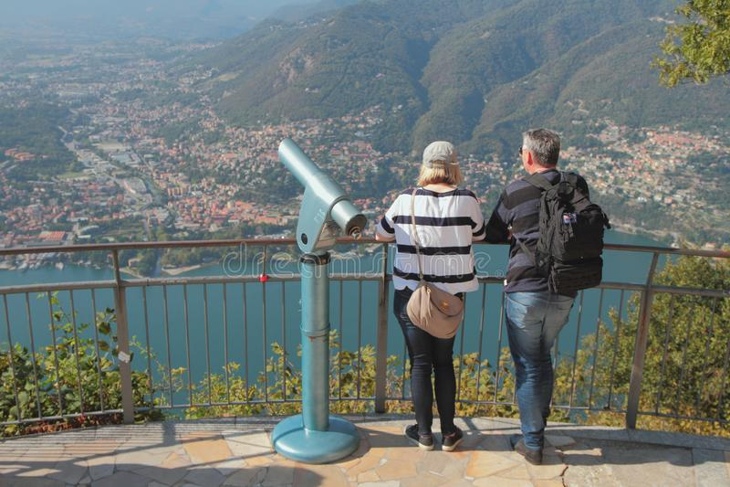 Como, Италия - 26-ое сентября 2018: Озеро смотровая площадка обозревая в горах стоковая фотография