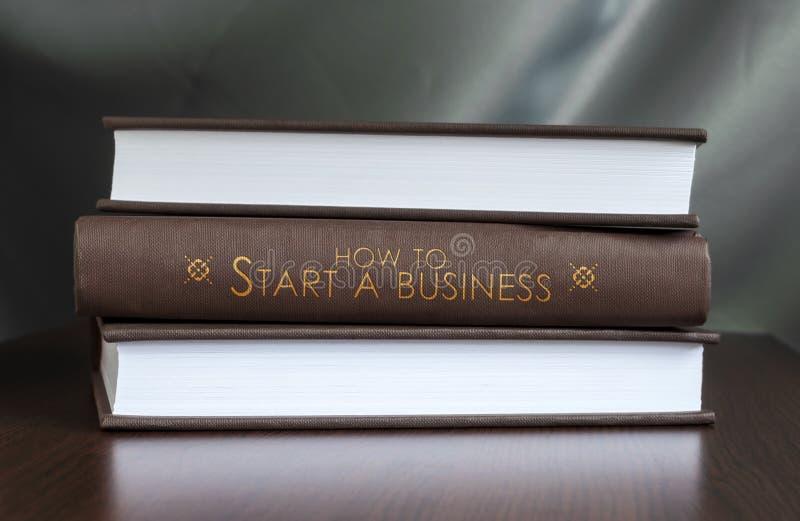 Como começar um negócio. Conceito do livro. imagem de stock