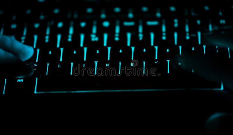 Como - el texto en el teclado de ordenador iluminado en la noche imagen de archivo libre de regalías