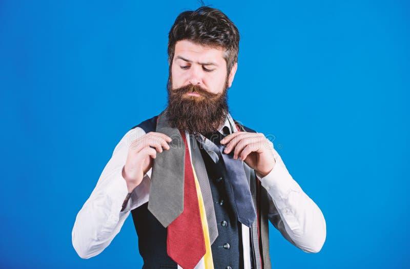 Como escolher o la?o direito Estilo cl?ssico Como combinar a gravata com a camisa e o terno Posse farpada do moderno do homem pou imagem de stock royalty free