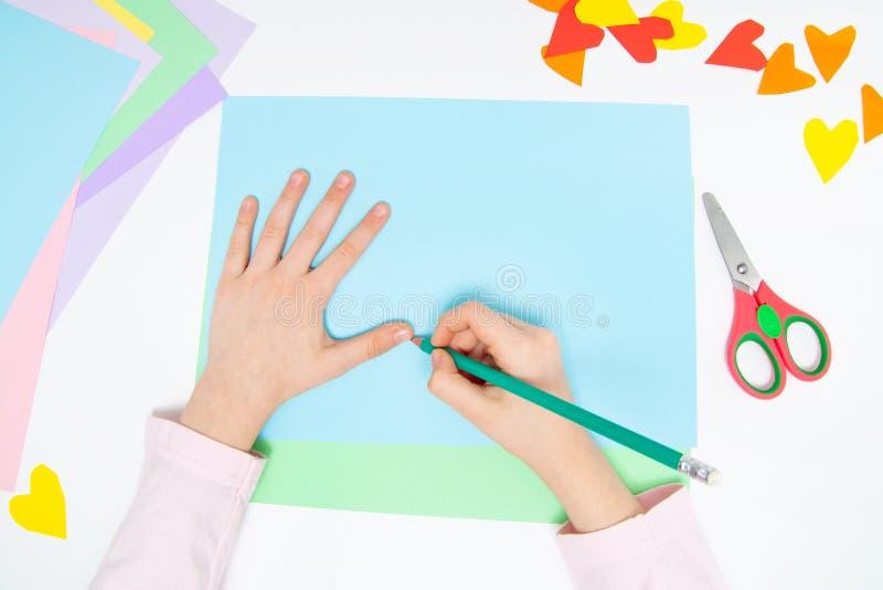 Como fazer o coelho de papel para cumprimentos e divertimento da Páscoa Projeto da arte das crianças Conceito de DIY As mãos das  fotografia de stock