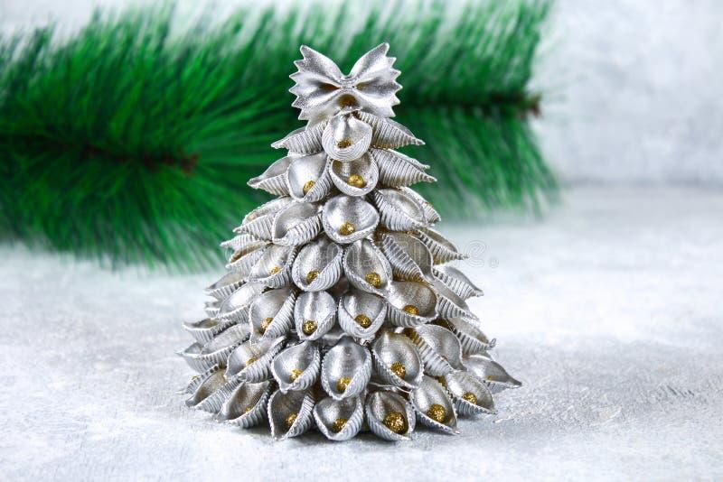 Como fazer uma árvore de Natal do conchiglie cru da massa O processo de fazer árvores de Natal da massa, placas do cartão, quente imagens de stock