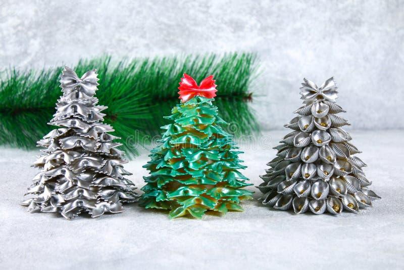 Como fazer uma árvore de Natal do conchiglie cru da massa O processo de fazer árvores de Natal da massa, placas do cartão, quente imagem de stock royalty free