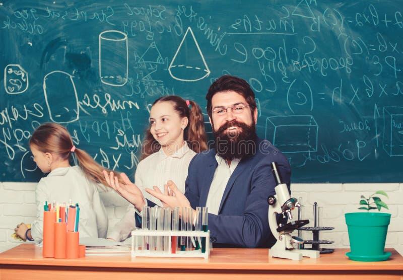 Como interessar o estudo infantil Lição fascinante de biologia Professor de biologia Professores portadores de homem trabalham co fotos de stock