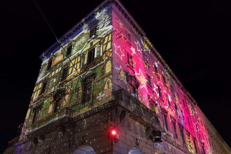 COMO, ITALIA - 28 de diciembre de 2017: el illumina de las luces de la Navidad fotografía de archivo