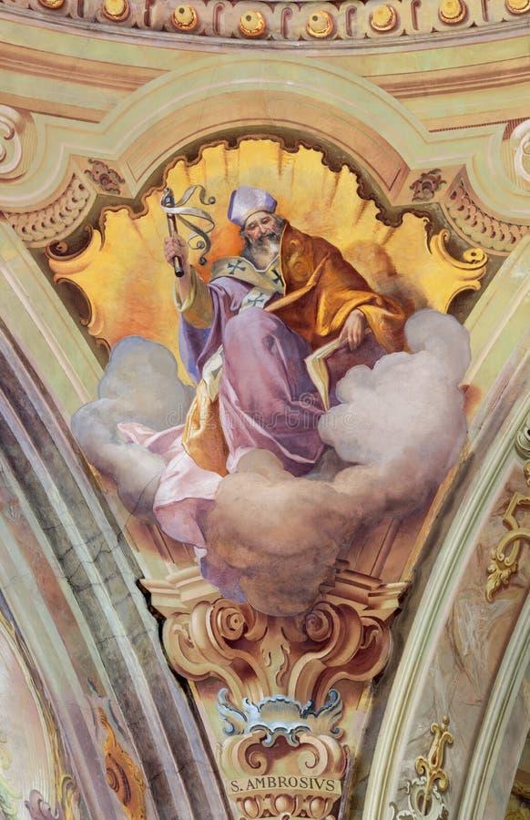 COMO, ITALIA - 8 MAGGIO 2015: L'affresco di medico di St Ambrose della chiesa ad ovest in chiesa Santuario del Santissimo Crocifi immagine stock