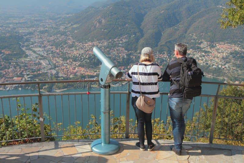 Como, Italien - 26. September 2018: Observation deck Unterlassungssee in den Bergen stockfotografie