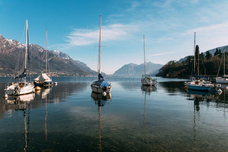 Como jezioro podczas wczesnej wiosny zdjęcia royalty free