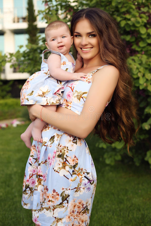 Como madre tenga gusto de la hija familia hermosa en vestidos similares fotografía de archivo libre de regalías