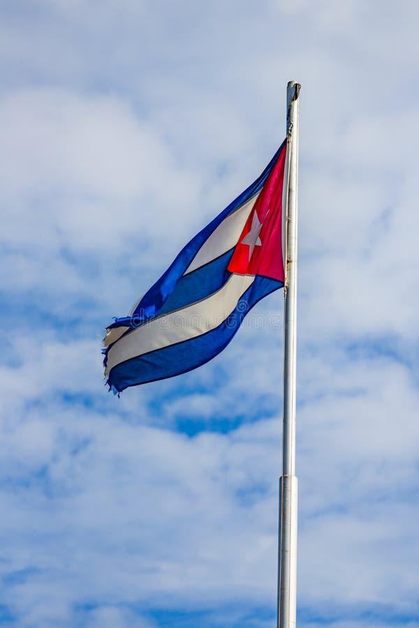 Como o país, a bandeira cubana esfarrapou em torno das bordas imagem de stock