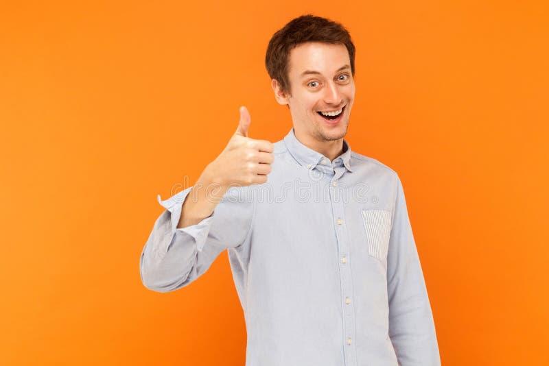 Como o sinal Polegares de sorriso do homem acima e vista da câmera fotografia de stock royalty free