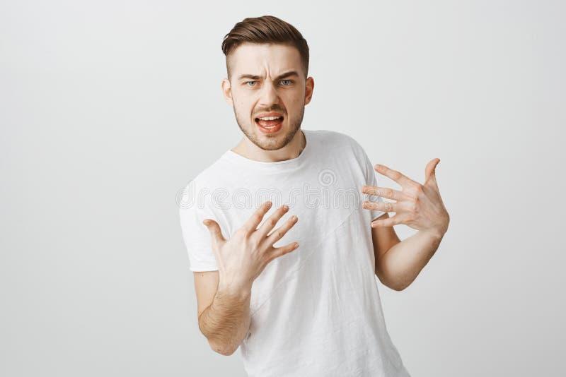 Como pode você me rejeitar Indivíduo fresco arrogante e desagradável intenso com a barba no t-shirt ocasional branco que gesticul fotografia de stock