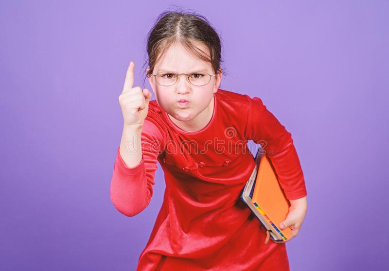 Como se atreve? Educação e literatura infantil Conto de feira favorito Adorável garota ama livros Garota com livro ou notebook imagens de stock