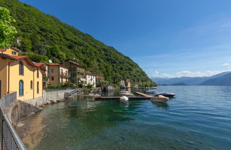 Como See zwischen Bergen in Italien lizenzfreie stockfotos