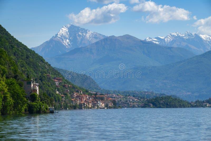 Como See zwischen Bergen in Italien stockbilder