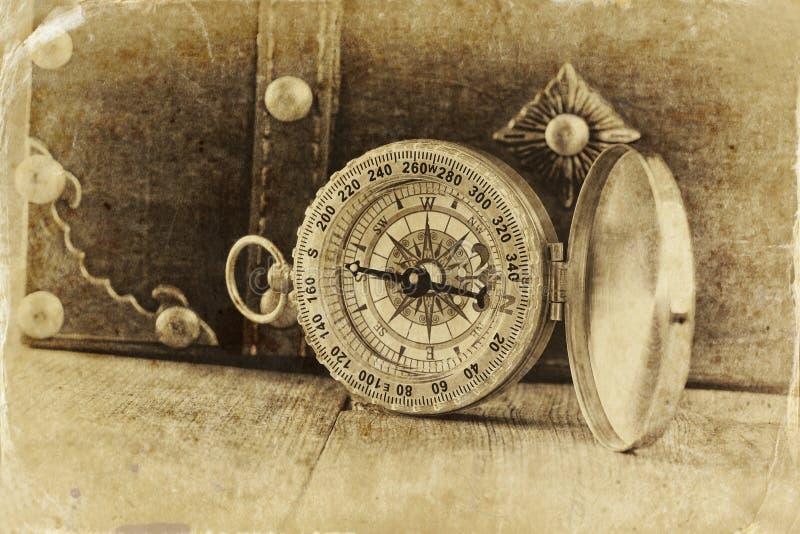 Compás antiguo en la tabla de madera foto vieja del estilo blanco y negro fotos de archivo libres de regalías