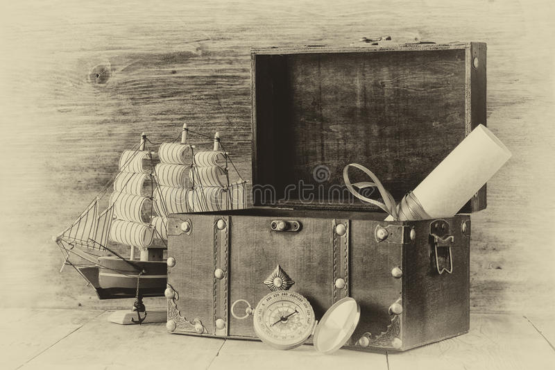 Compás antiguo, manuscrito, pecho viejo del vintage en la tabla de madera foto vieja del estilo blanco y negro imágenes de archivo libres de regalías