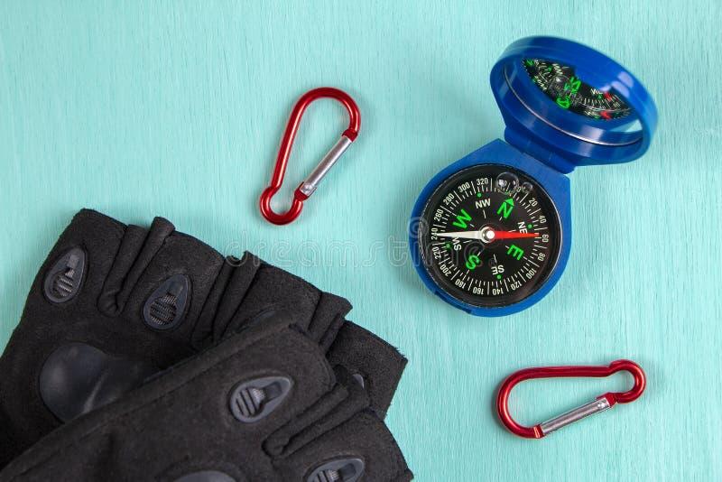 Compás, carabinas y guantes Visión superior imagen de archivo libre de regalías