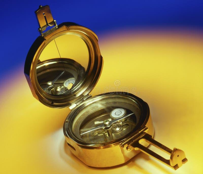 Compás de cobre amarillo antiguo imagen de archivo libre de regalías